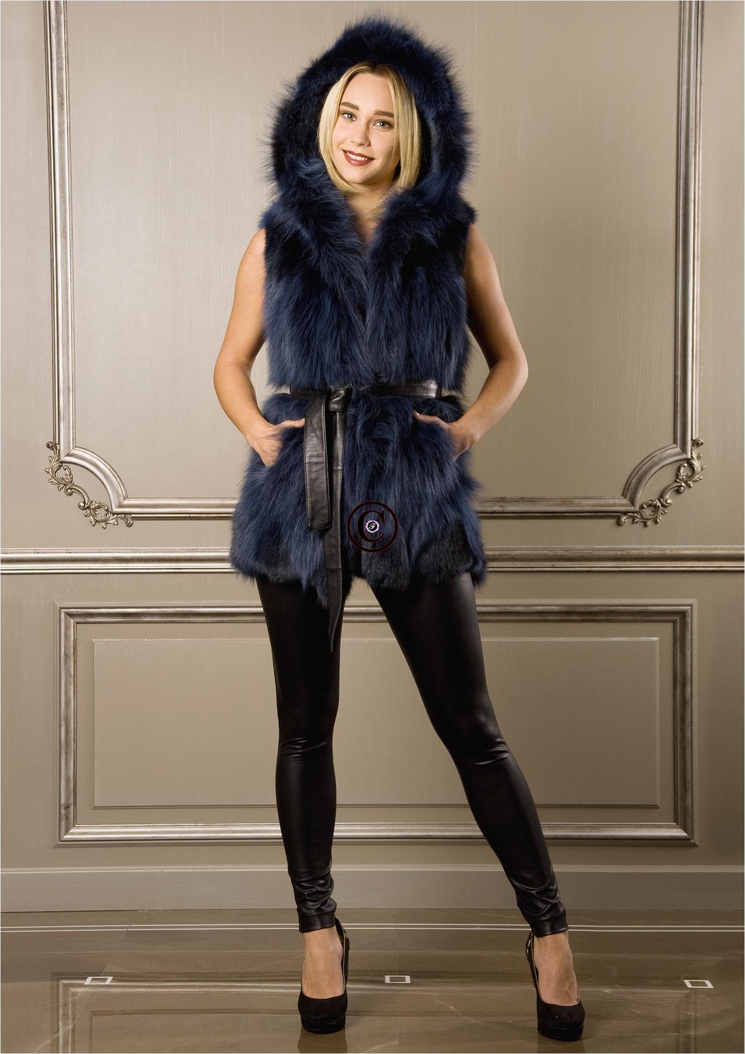 Gilet sans manche et capuche en fourrure de renard katy bleu par baya paris - Gilet vrai fourrure sans manche ...