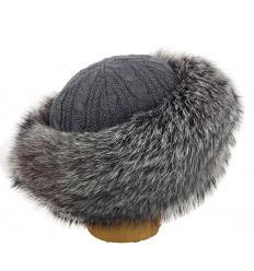 Chapeau gris tricôté en fourrure de renard