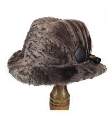 Chapeau en laine d'agneau Karakul avec décoration